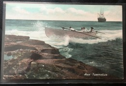 CPA TAHITI AUX TUAMOTUS 1915 BARQUE CANOT ACCOSTANT SUR ROCHETS AVEC 5 MARINS - Tahiti