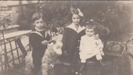 Enfants Sur Un Jouet  Mouton    - Carte Photo - Photographs