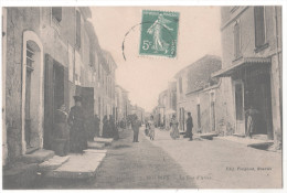CP RARE MOURIES RUE D'ARLES (13 BOUCHES DU RHONE) Animée Hommes Femmes Devanture Boucherie - Other Municipalities