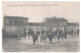CP LA DESTROUSSE (13 Bouches Du Rhône) Place Publique La Mairie Et Les écoles Animée Enfants Hommes Costumes - France