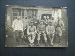 Carte Photo Groupe De Militaires Devant Un Baraquement WW1 -  Non Circulée L223C - Oorlog 1914-18