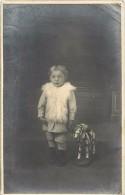 V-15 - 230 : CARTE PHOTO ENFANT ET SON CHEVAL EN JOUET - Juegos Y Juguetes