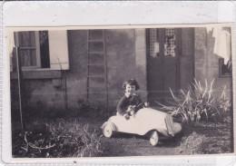 PHOTO BIMBA SU AUTOMOBILINA A PEDALI RETRO SCRITTO DICEMBRE '39 CM.10,5X6  -2-    -0882 24725 - Games & Toys