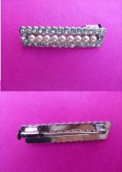 Broche Métal Argenté Imitation 9 Perles De Culture Encadré De Copie De Brillants, Fermoir En Bon état - Brooches