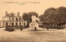 CPA - Le NEUBOURG (27) - Vue De La Gare Et Du Monument Aux Morts Dans Les Années 30 - Le Neubourg