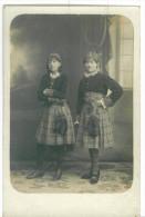 Carte Photo De Deux Jeunes Filles En Costumes Vers 1925 - Costumes