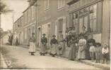 CPA Saint Chéron (91 Essonne) Café épicerie (rue Des Mares) Groupe, Femmes, Enfants, 1 Homme - Pub Chocolat Menier - Saint Cheron
