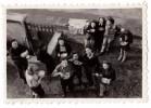Photo Originale Amis - La Gamelle Dans La Cour De La Maison - Pique Nique - Scouts - Scoutisme - Repas - Copains - Personnes Anonymes