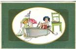 Belle Carte Illustrée Ancienne En Relief, Enfants Jouant Dans Une Baignoire Transformée En Bateau, Children Bathtub - Children And Family Groups