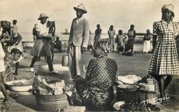 AFRIQUE 454   CPSM Petit Format  AEF  LIBREVILLE  Le Marché  Belle Carte - Gabon