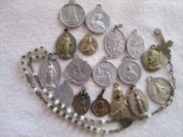 Lot De 17 Médailles Religieuses Diverses En Laiton, Argent Et Alu + 1 Chapelet  En Nacre Je Pense Bien Regarder Le Scan - Religion & Esotérisme