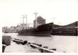 Photo Originale Bateau - Cargo � Quai, vue de Face - Avec train et Minoterie -