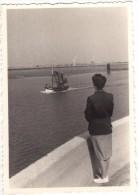 Photo Originale Bateau - D�part du bateau de p�che - P�che C�ti�re - Voiles - Filets - Femme qui regarde le bateau