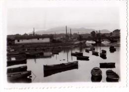 Photo Originale Bateau - Barques en bois dans le port - Paysage vallonn� en fond - Pont � identifier