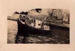 Photo Originale Bateau - Groupe f�minin pour une promenade en barque - 14 femmes - Remparts en fond -
