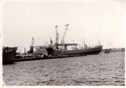 Photo Originale Bateau - Cargo - P�trolier ? au port � identifier - Photo Allemande -
