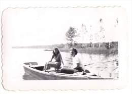 Photo Originale de Bateaux - 2 Femmes dans une barque le 30.08.1945 - USA - Minn�apolis - Brown Photo Service