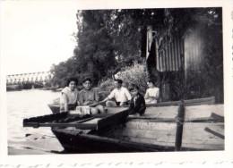 Photo Originale de Bateaux - Jeunes gens dans une barque sur berge avec pont m�tallique en fond et Am�nagement p�che ?