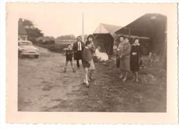 Photo Originale Famille - Groupe Familiale Dans La Cour De Ferme Avec Simca Aronde à L'entrée - - Automobili