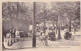 PARIS VIII°  CHAMPS ELYSEES  La BUVETTE Et Les VOITURES Aux CHEVRES Des Petits - Arrondissement: 08