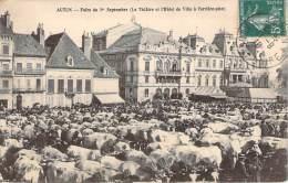 71 - Autun - Foire Du 1er Septembre, Le Théâtre Et L'Hôtel De Ville à L'arrière-plan (marché, Bovins) - Autun