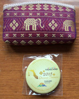 THAÏLANDE. EXPO UNIVERSELLE EXPO MILANO 2015, Pin Discover Thaïness!, Et Porte-monnaie Officiel Du Pavillon Thaï, - Badges