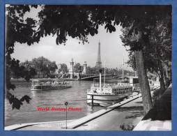 Photo ancienne - PARIS - Bateau Mouche sur la Seine - Pont - Tour Eiffel Tower - Quai Boat P�niche - ann�es 1960