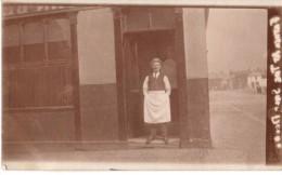 Photo Originale A La Tienne - Patron De Bistrot Vers 1900 - Pose Devant L'entrée Du Bar - Village En Fond à Droite - - Alte (vor 1900)