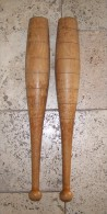 2 anciennes massues de jongleurs en bois