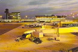 AEROPORT Airport (Aérodrome) - AMSTERDAM - HOLLAND - Internationale Luchthaven Schipol Bij Avond - CPSM GF - - Aerodrome