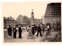 Photo Originale Allemande - Groupe D'anciens Devant Le Monument Aux Mort - Alumni-Gruppe Am Denkmal Für Den Tod - 1966 - Personnes Identifiées