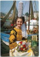 La Bretagne Pittoresque - Reine De Cornouaille Et Des Brodeuses En Riche Costume Bigouden - Non écrite - 2 Scans - Autres Communes