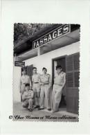 UN GROUPE DE LA COLONIALE A LA GARE - PASSAGES - TRANSPORTS AIR VOIE FERREE - PHOTO MILITAIRE 10.5 X 7 CM - Guerre, Militaire