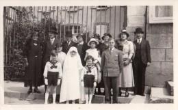 Photo Originale Religieux - Amusante Photo De Groupe Familial Autour De La Communiante - Famille Chapeau - - Personnes Identifiées