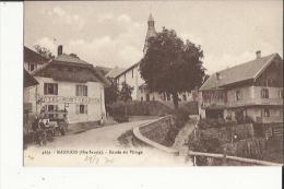 Manigod  74    L'Entrée Du Village-Hotel Du Mont-Charvin Et Route Animée Et Voiture - Sonstige Gemeinden