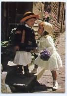 En Bretagne ... Jeunes Enfants En Costume Local ... Confidences - écrite (pour Jeux) Timbre Enlevé - 2 Scans - Bretagne