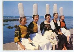 Bigoudènes Aux Rêves Bercés Par La Brise Marine - Bretagne Coiffes Costumes - écrite Et Timbrée (pour Jeux) - 2 Scans - France