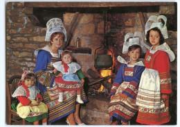 Folklore En Bretagne - Auprès De L´âtre, Maryvonne Et Sa Petite Famille - Coiffes Costumes Bretons - Non écrite 2 Scans - Bretagne