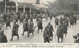 GUERRE 1914-18 - L´ACTUALITÉ PAR LA CARTE POSTALE (1916) - Un 14 Juillet Historique - Les Mitrailleurs Belges Devant .. - Oorlog 1914-18
