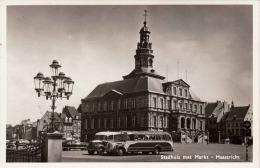 MAASTRICHT - Stadhuis Met Markt, Alte Autobusse, 1956 - Maastricht