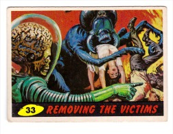 1962 TOPPS USA BUBBLES INC. ORIGINAL MARS ATTACKS CARD # 33 REMOVING THE VICTIMS - Kaufmanns- Und Zigarettenbilder
