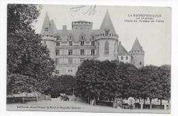 (RECTO / VERSO) LA ROCHEFOUCAULD EN 1914 - LE CHATEAU - PLACE DU CHAMP DE FOIRE AVEC VIEILLE VOITURE - BEAU CACHET - CPA - France