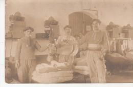 Carte Photo De Militaires Avec Beret Dans Leur Chambre( Lit,Paquetage...) - Nice En 1922 - Non Classés