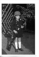 Militaria - Photo WW 2 Retirage - Enfant Avec Arme Et Casque  - (156) - 1939-45