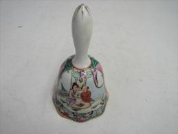 Cloche. 4. Cloche En Faïence Décor Chinois - Bells