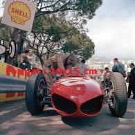 Reproduction D'une Photographie D'une Ferrari à L'arrêt Au Grand Prix De Monaco De 1961 - Riproduzioni