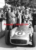 Reproduction D'une Photographie De Stirling Moss Au Grand Prix De Monaco De 1955 - Riproduzioni