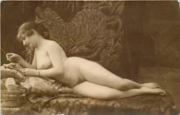 NU -301115 - 1916 Femme Aux Seins Nus Allongée Sur Un Sofa - Fine Nudes (adults < 1960)