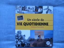 Livre La Poste UN SIECLE DE VIE QUOTIDIENNE 26.5 X 24 Cm 531 Grammes 70 Pages (timbres Non Fournis) - Autres