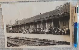 Groupe Très Important Photographié Sur Le Quai De La Gare D´Annecy - Certaines Personnes Attablées - Pierre Fort Photogr - Places